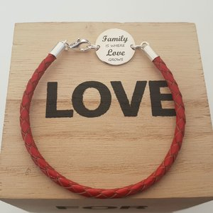 Bratara banut cu mesaj - Family is where love grows - Argint 925, piele rosie impletita