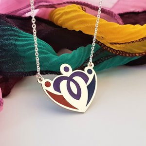 Lantisor personalizat si decorat cu email colorat - Model pandantiv 3 persoane imbratisate - Argint 925