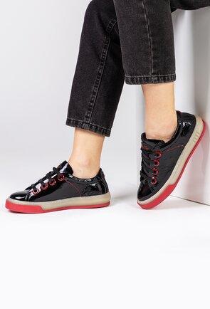 Pantofi negri din piele lacuita cu detalii rosii si siret