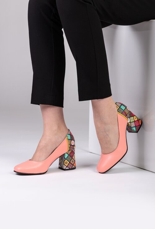 Pantofi roz din piele naturala cu detaliu colorat pe toc