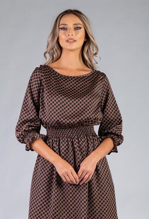 Rochie maro cu imprimeu abstract prevazuta cu volan