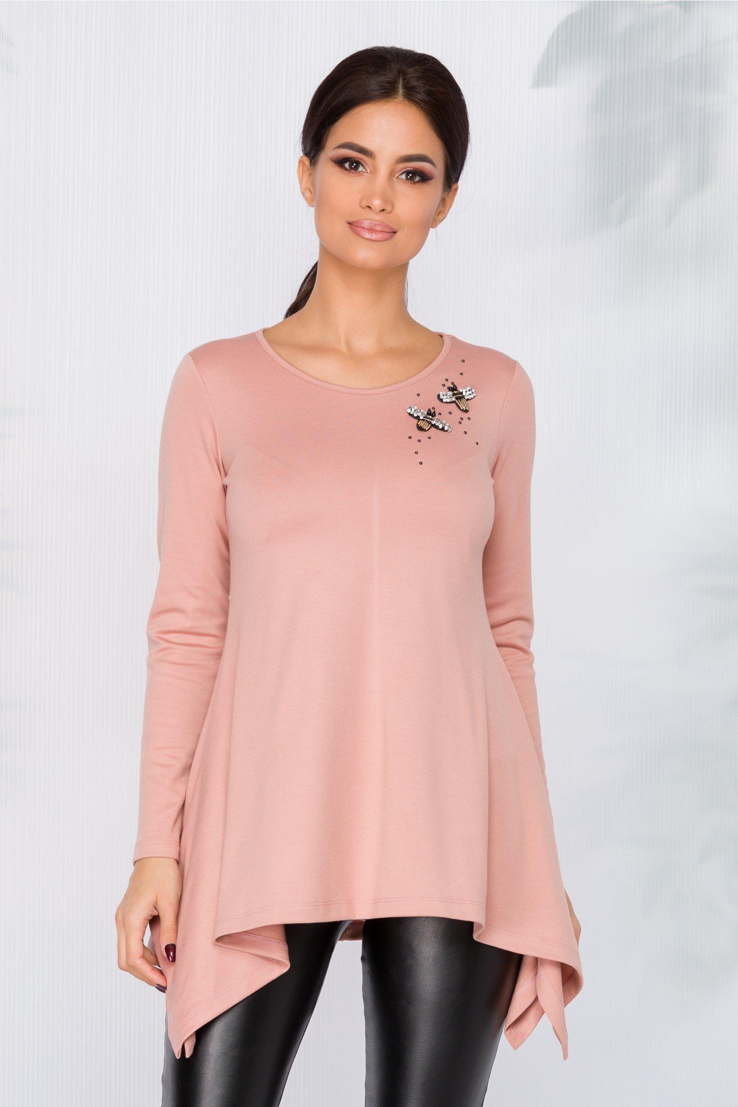Bluza Adelia roz prafuit cu aplicatii si margelute pe o parte