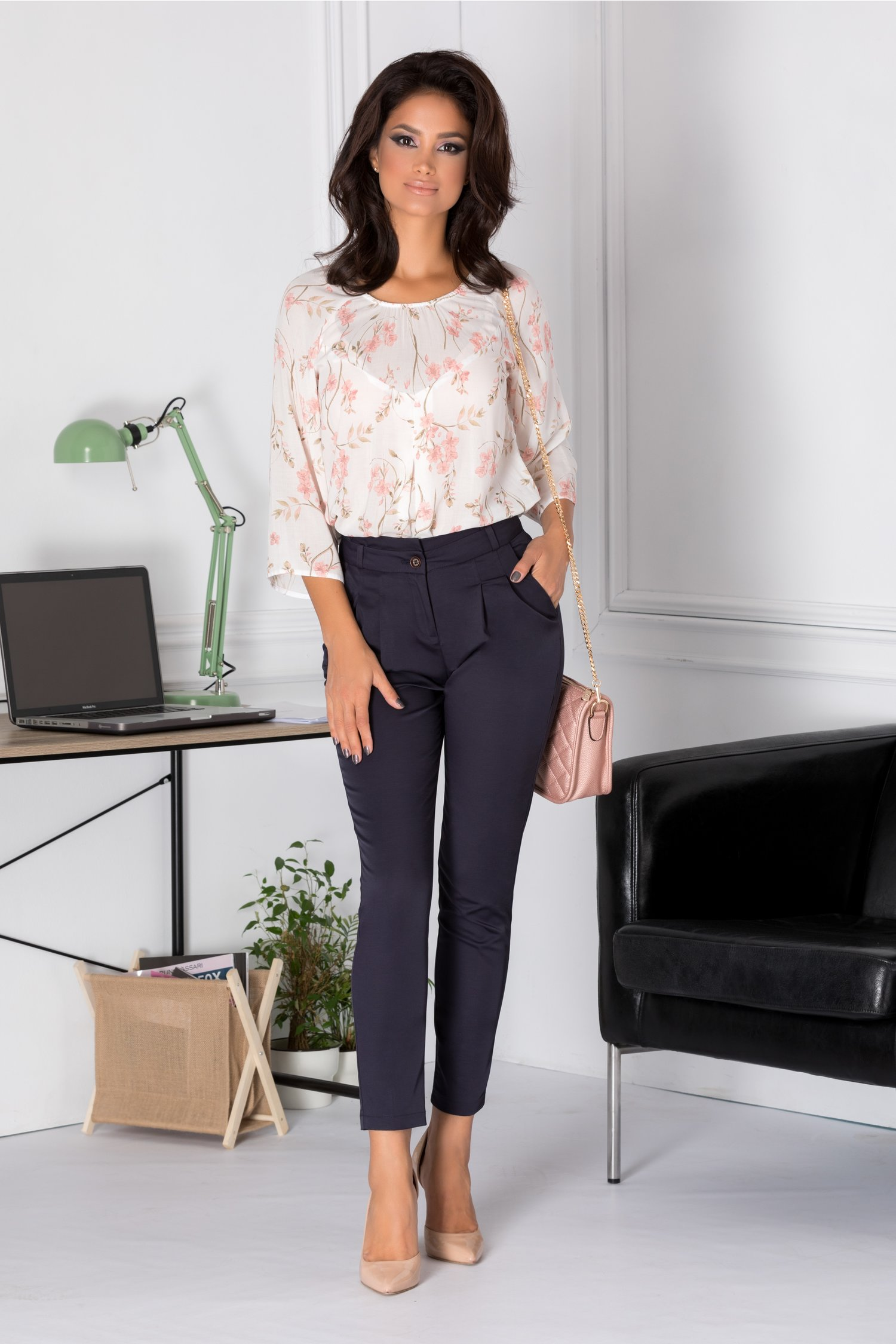 Bluza Alexia alba vaporoasa cu imprimeu floral roz