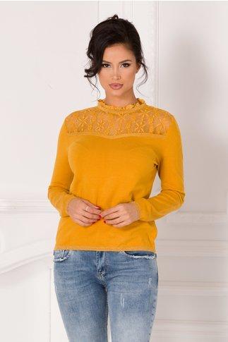 Bluza Corina galbena cu dantela in zona bustului