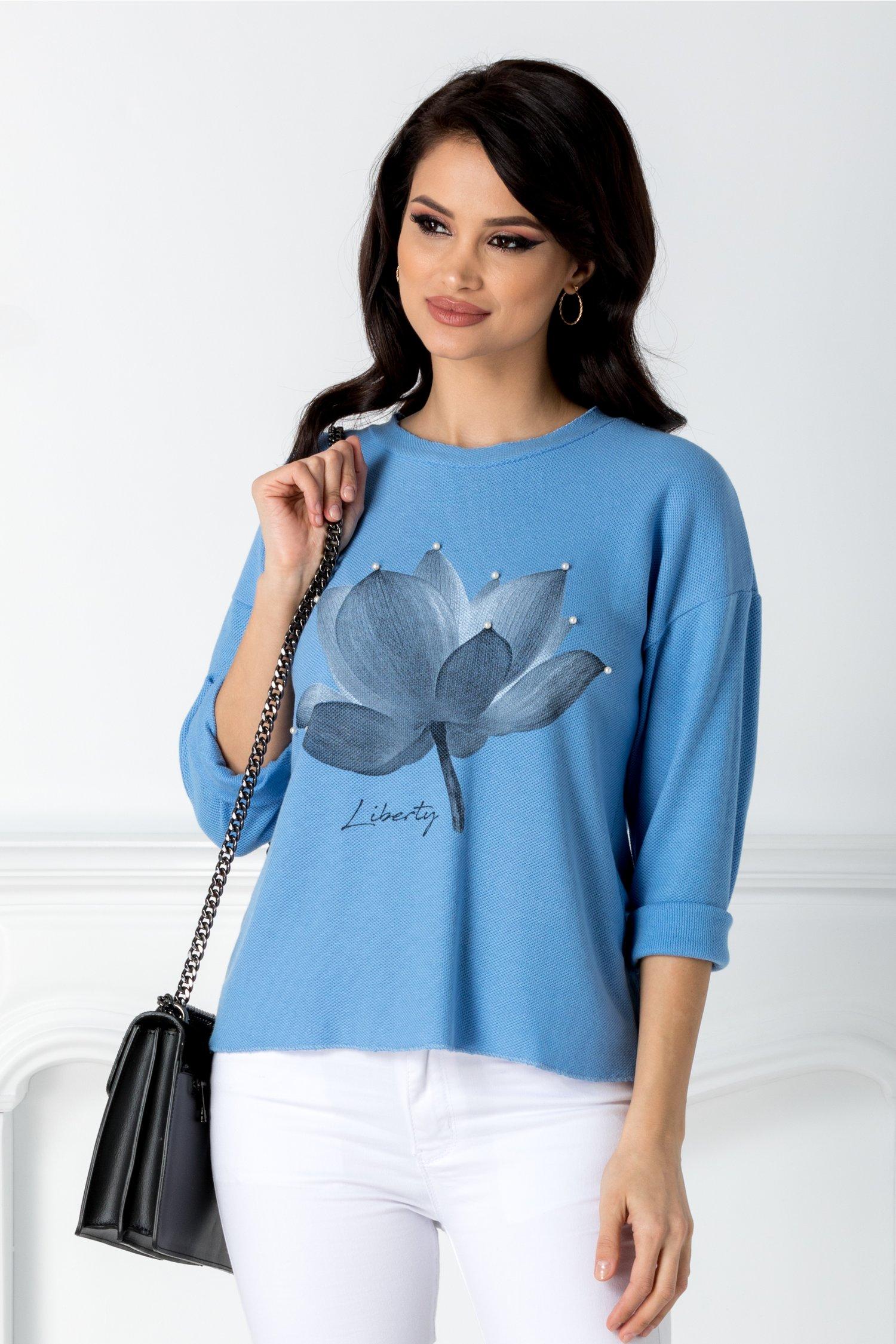 Bluza Flora bleu cu floare si perle la bust