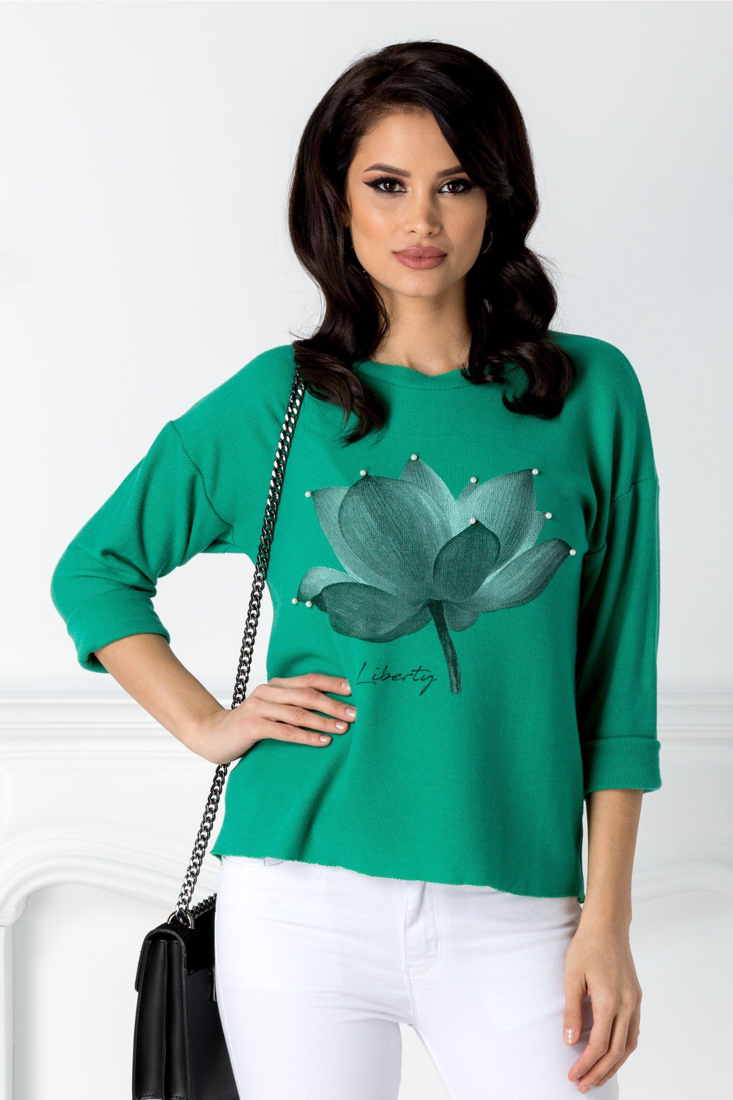 Bluza Flora verde cu floare si perle la bust