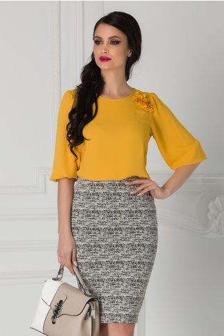 Bluza Ginette galben mustar cu floricele 3D la umar