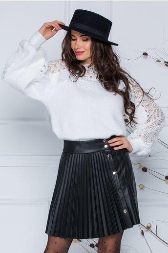 Bluza Jasmine alba din tricot moale cu detalii din dantela la bust si maneci