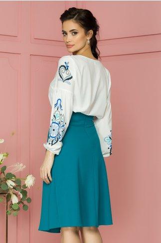 Bluza Katinca alba cu imprimeu floral pixelat in nuante de albastru