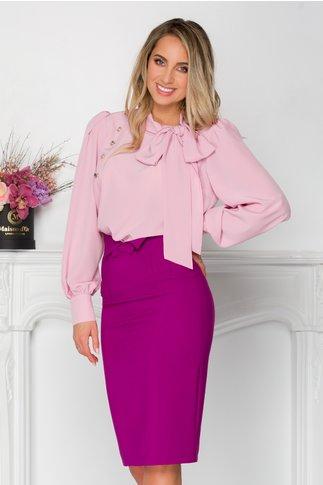 Bluza LaDonna roz cu detaliu stil esarfa la guler si nasturi decorativi tip bijuterie