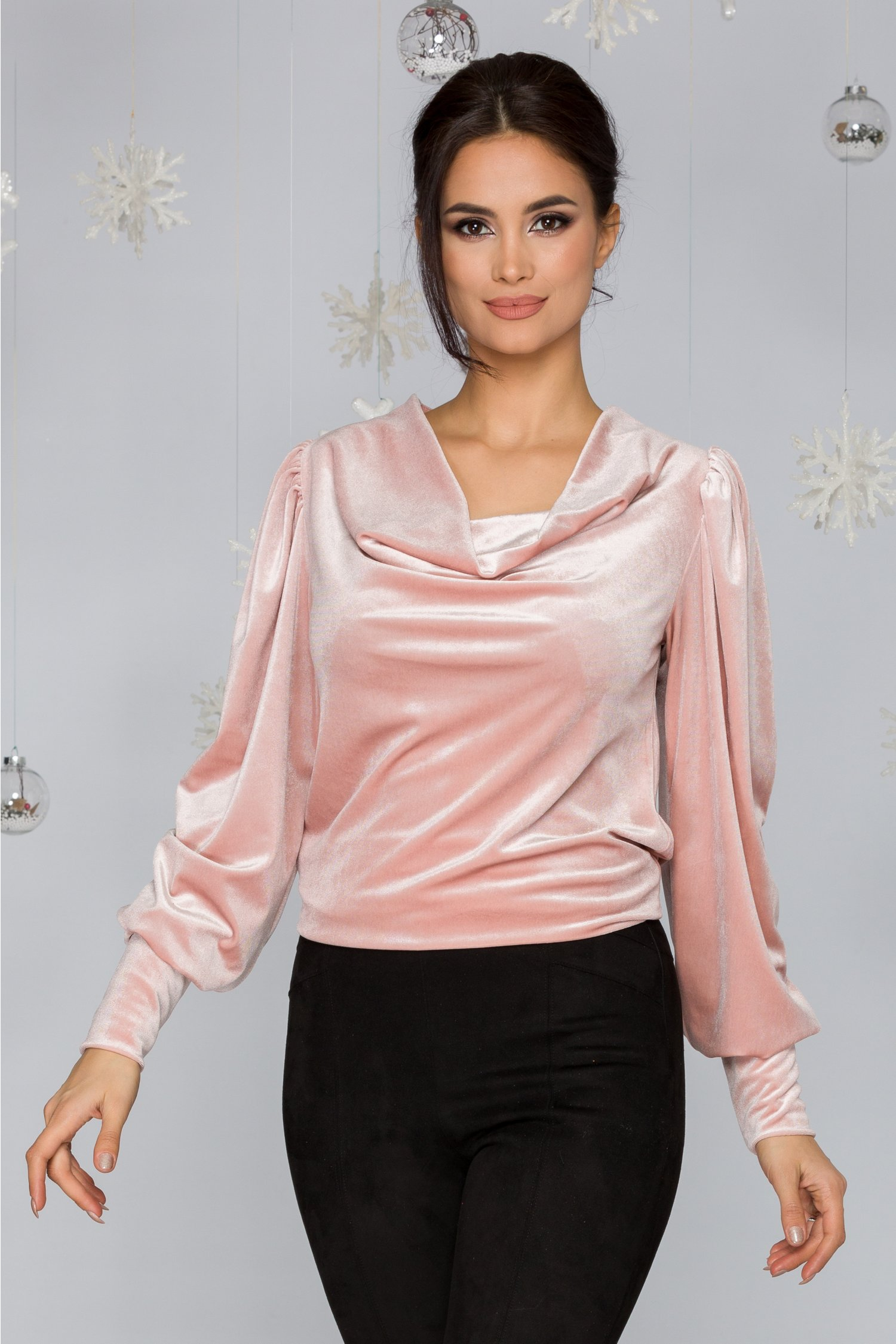 Bluza LaDonna roz prafuit din catifea cu incretituri la umeri si guler lasat