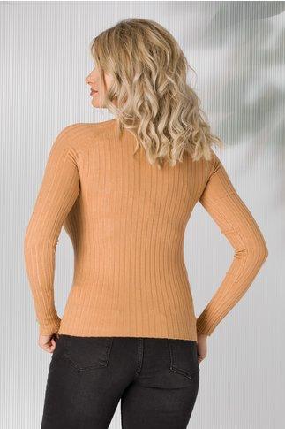 Bluza maro tricot cu nasturi aurii aplicati pe umeri si maneci