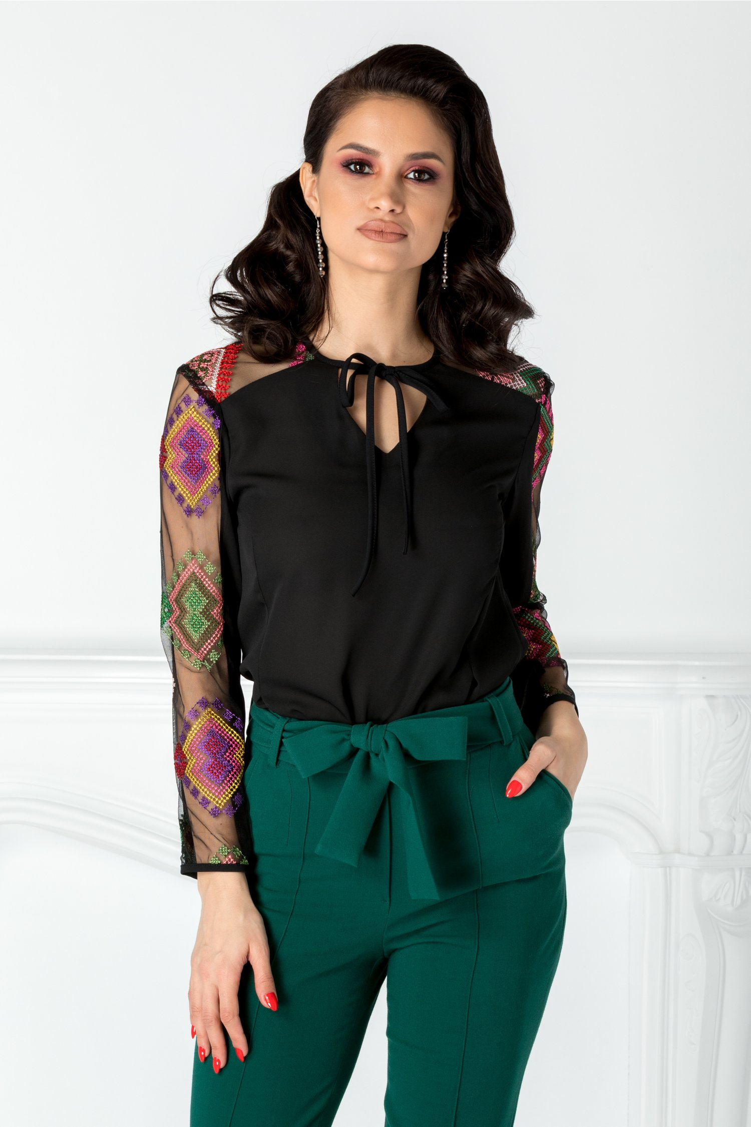 Bluza Moze neagra cu tull brodat traditional