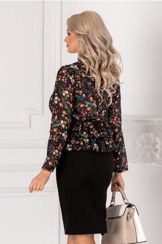 Bluza neagra cu imprimeu floral si volanase la baza