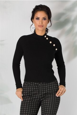 Bluza neagra cu nasturi decorativi pe o parte