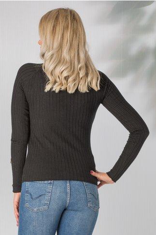 Bluza neagra tricot cu nasturi aurii aplicati pe umeri si maneci