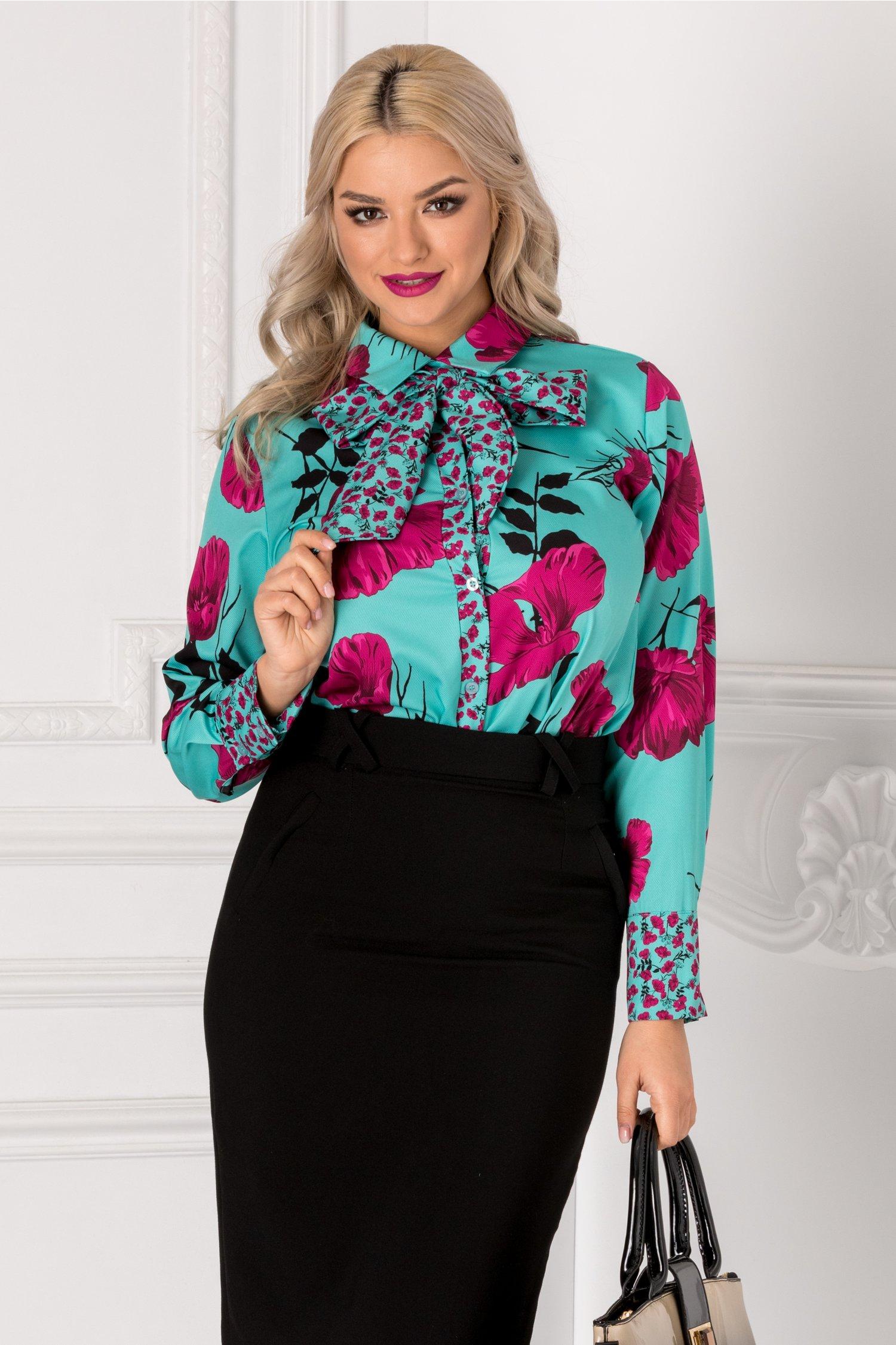 Bluza turcoaz cu imprimeu floral fucsia si fundita la gat