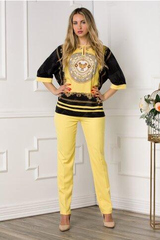 Compleu cu pantaloni galbeni si bluza cu imprimeu deosebit