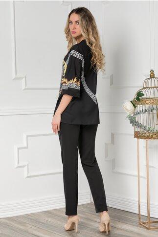 Compleu cu pantaloni negri si bluza cu imprimeu deosebit