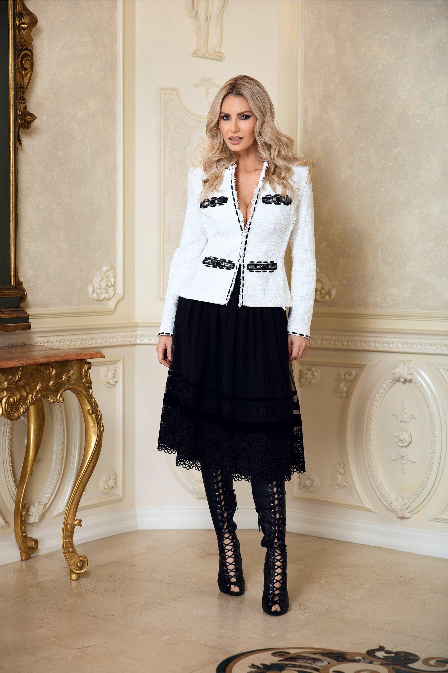 Compleu LaDonna cu sacou alb si fusta neagra din tull cu broderie handmade