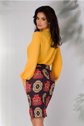 Fusta Teresa bleumarin cu imprimeu abstract in nuante de galben si rosu