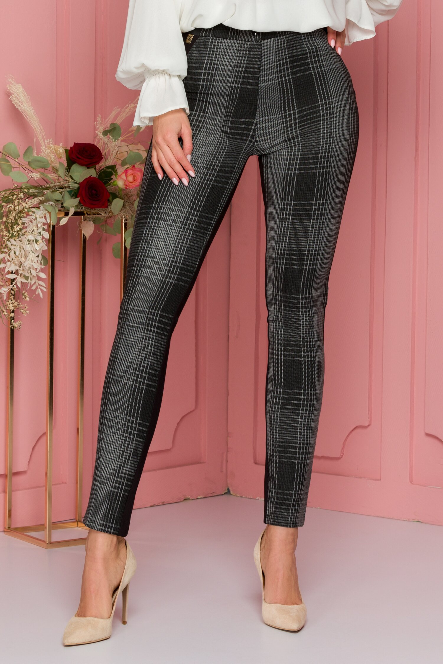 Pantaloni Ana negri cu carouri si elastic in talie