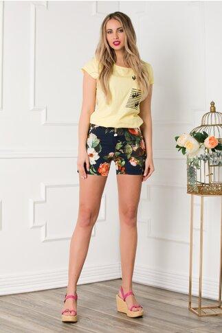 Pantaloni scurti bleumarin cu imprimeu floral si curea verde