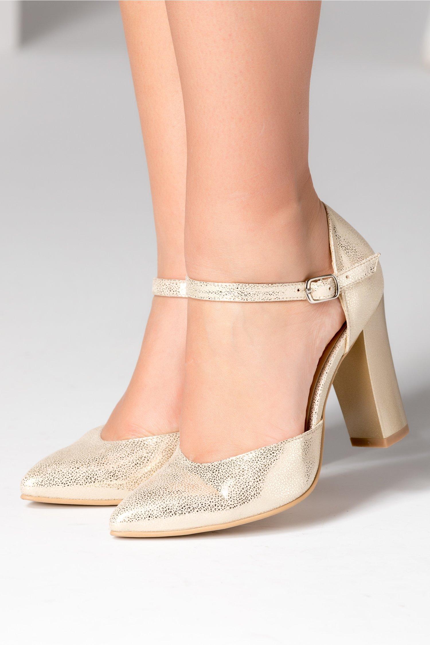 Pantofi aurii eleganti cu bareta