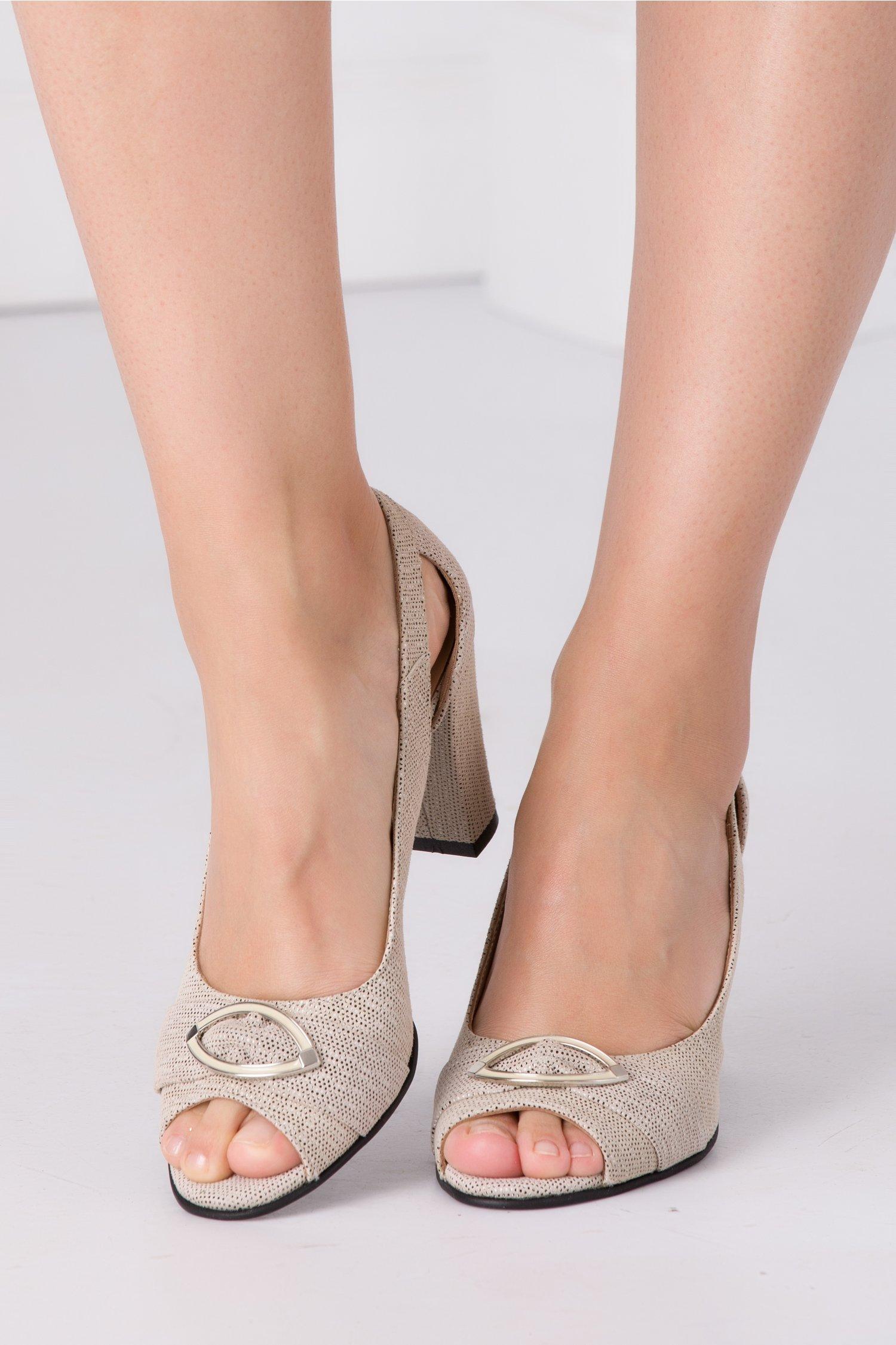 Pantofi bej cu motive decupati in fata