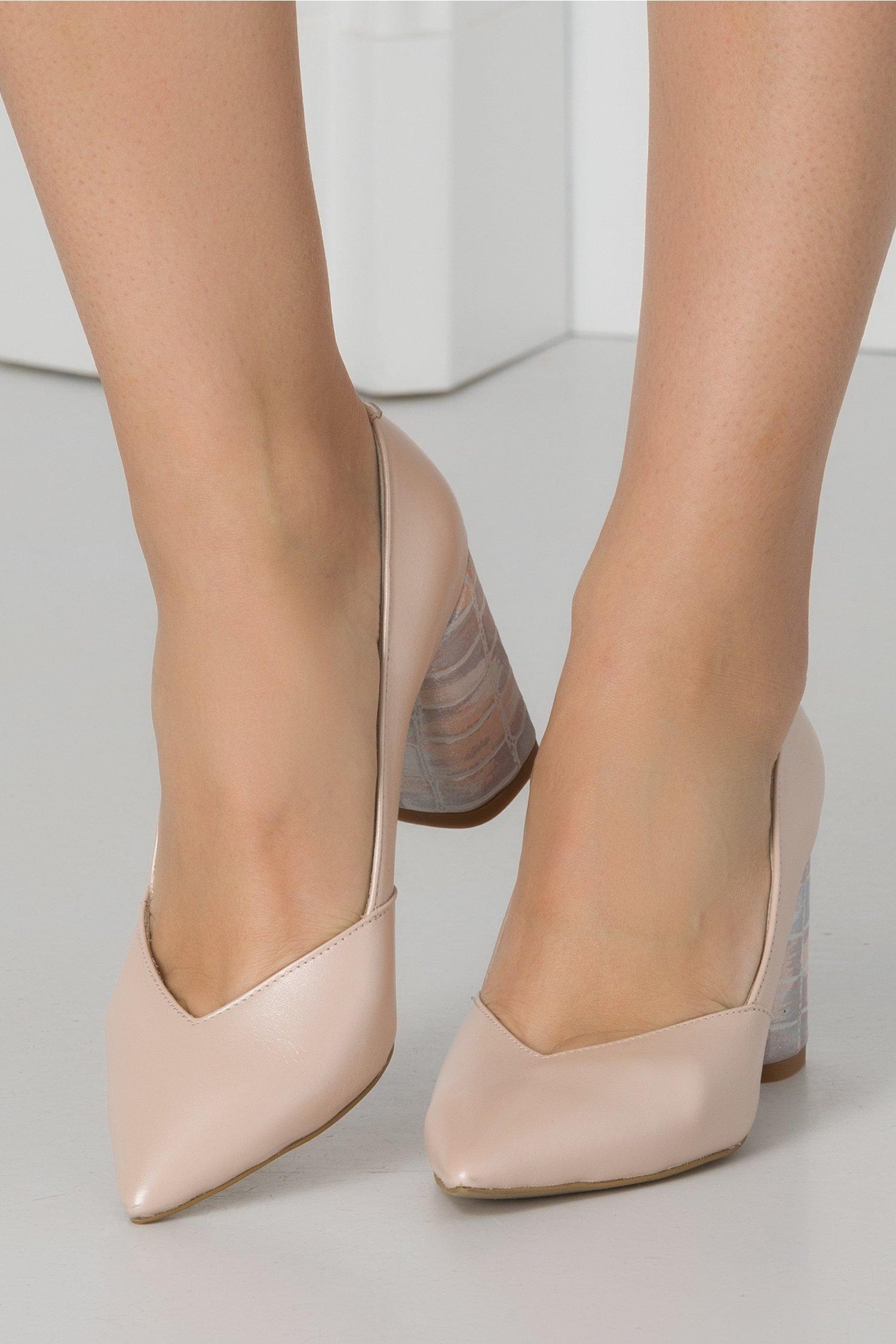 Pantofi bej perlat cu decupaj in v si toc colorat