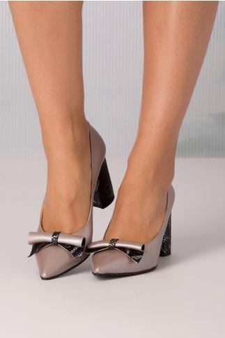 Pantofi bej perlati de piele cu material aplicat pe toc