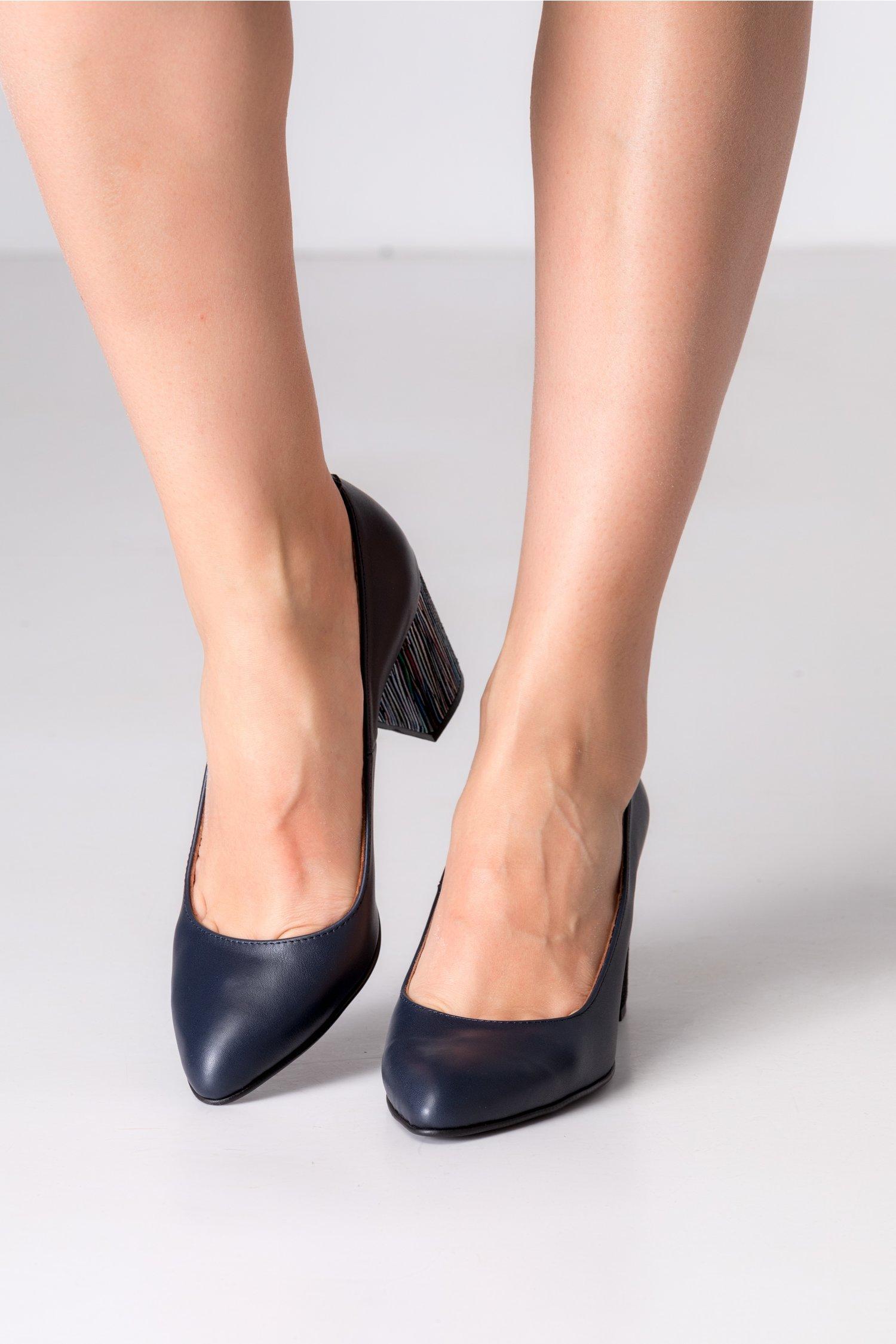 Pantofi bleumarin cu toc gros si insertii colorate