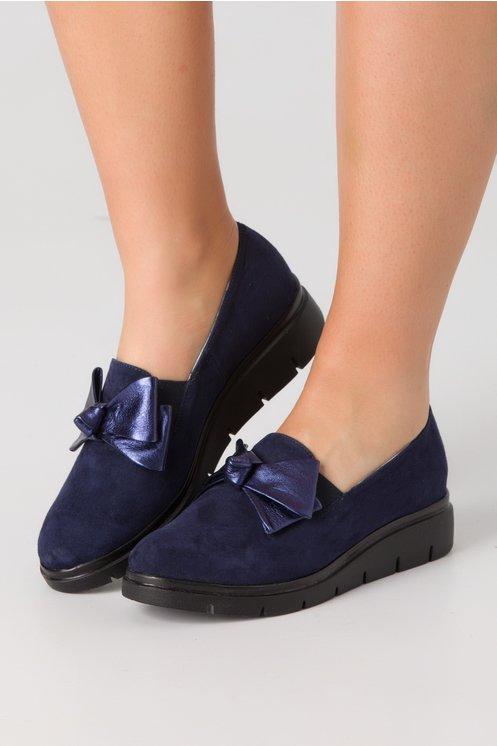 Pantofi bleumarin din piele intoarsa cu funda in fata
