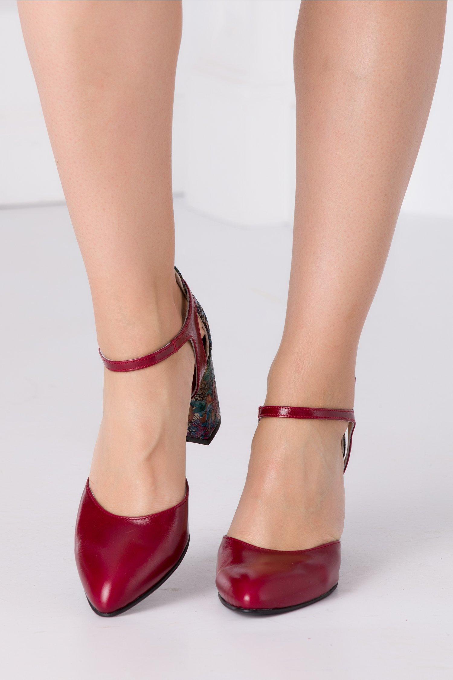 Pantofi bordo cu imprimeu floral si detalii aurii la spate