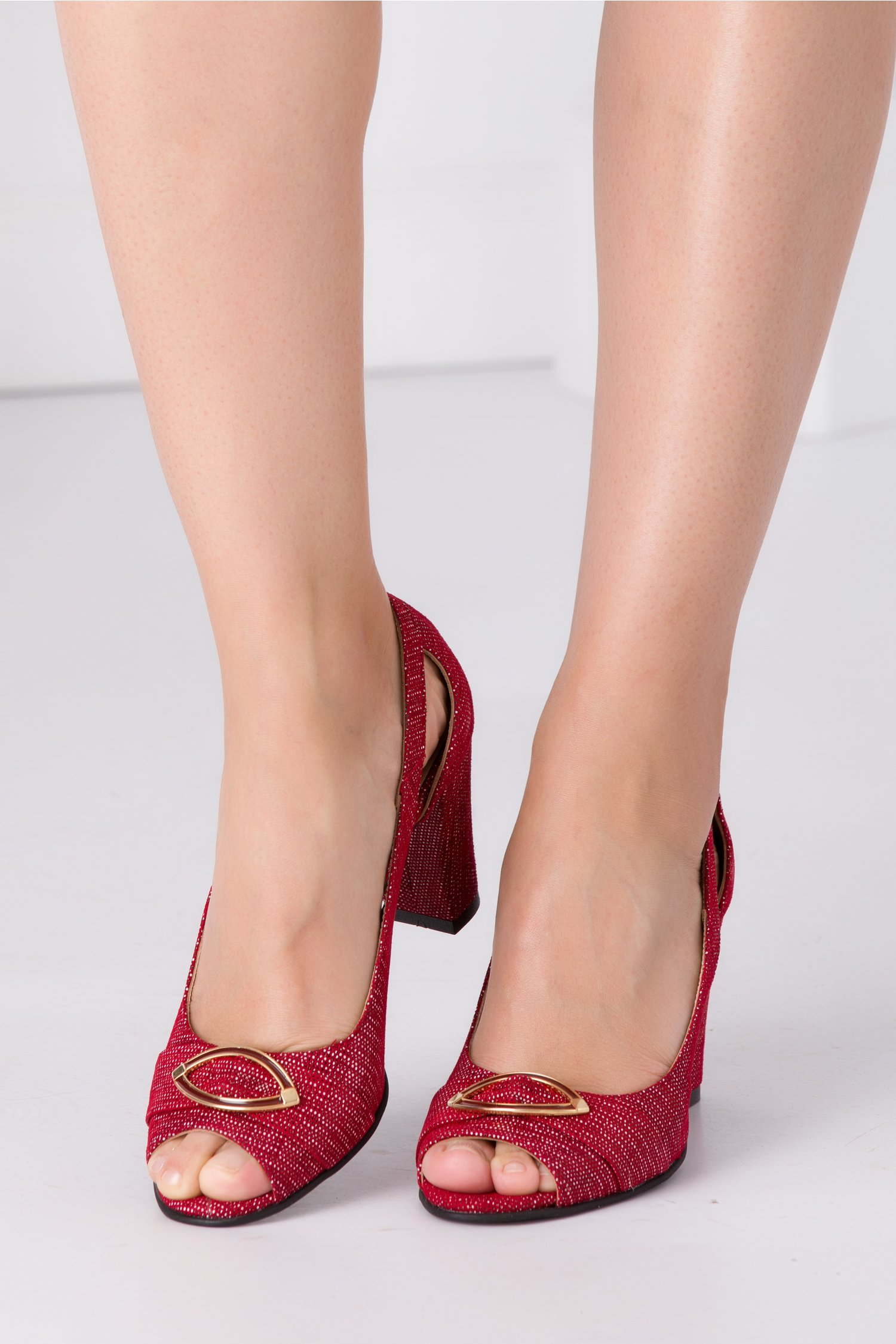 Pantofi bordo cu motive decupati in fata