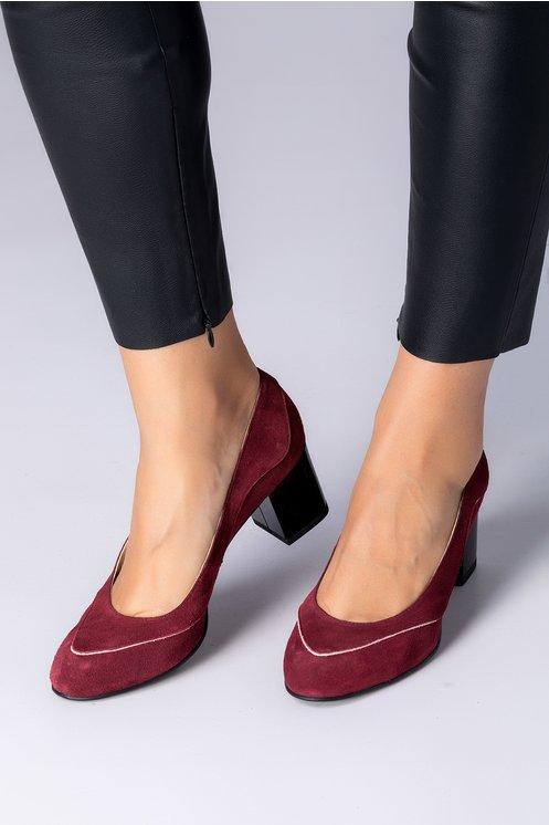 Pantofi bordo din piele intoarsa cu detalii roz