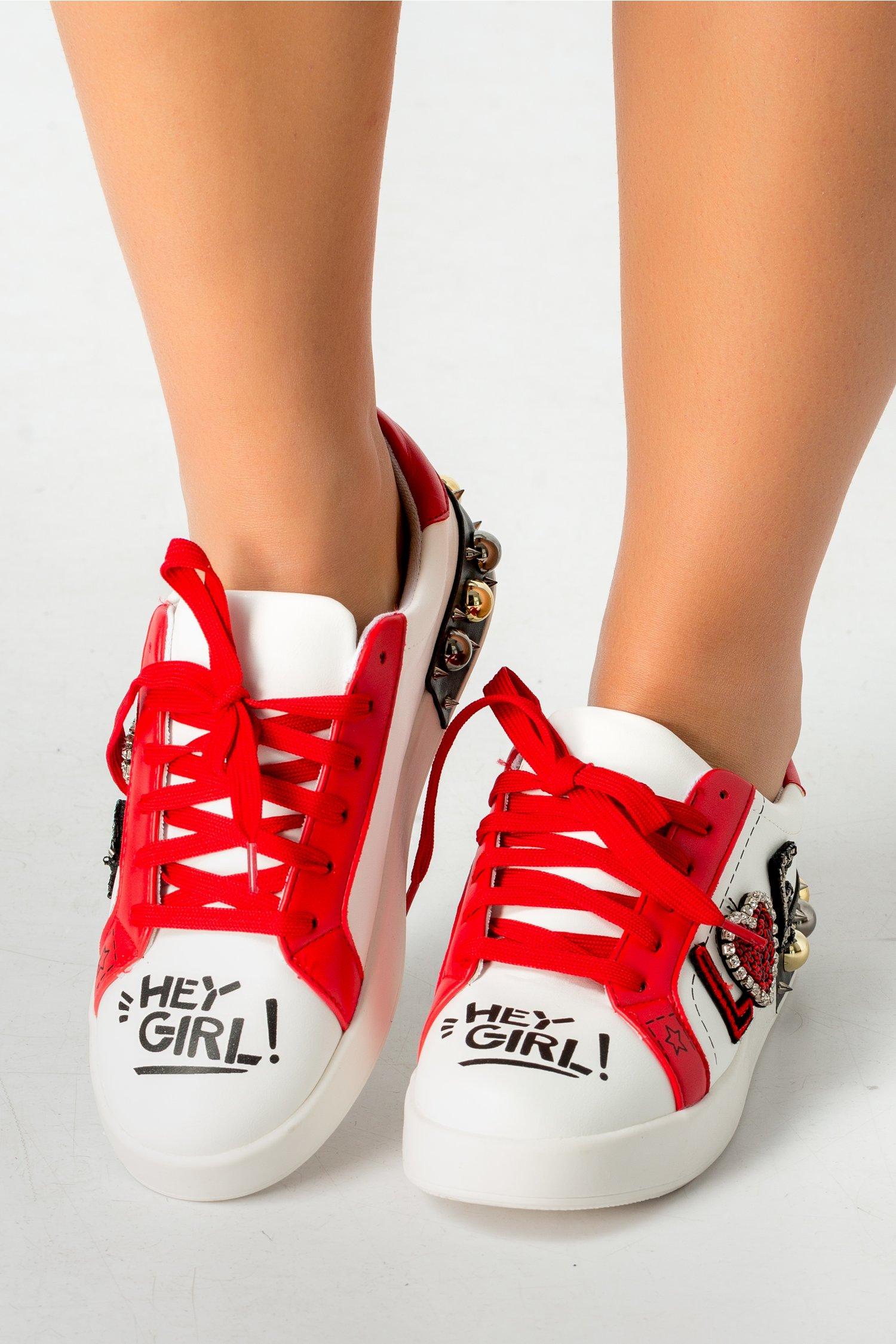 Pantofi casual alb cu rosu si aplicatii metalice