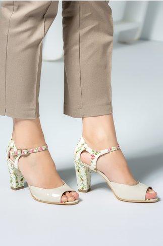 Pantofi crem cu motive florale si bereta delicata