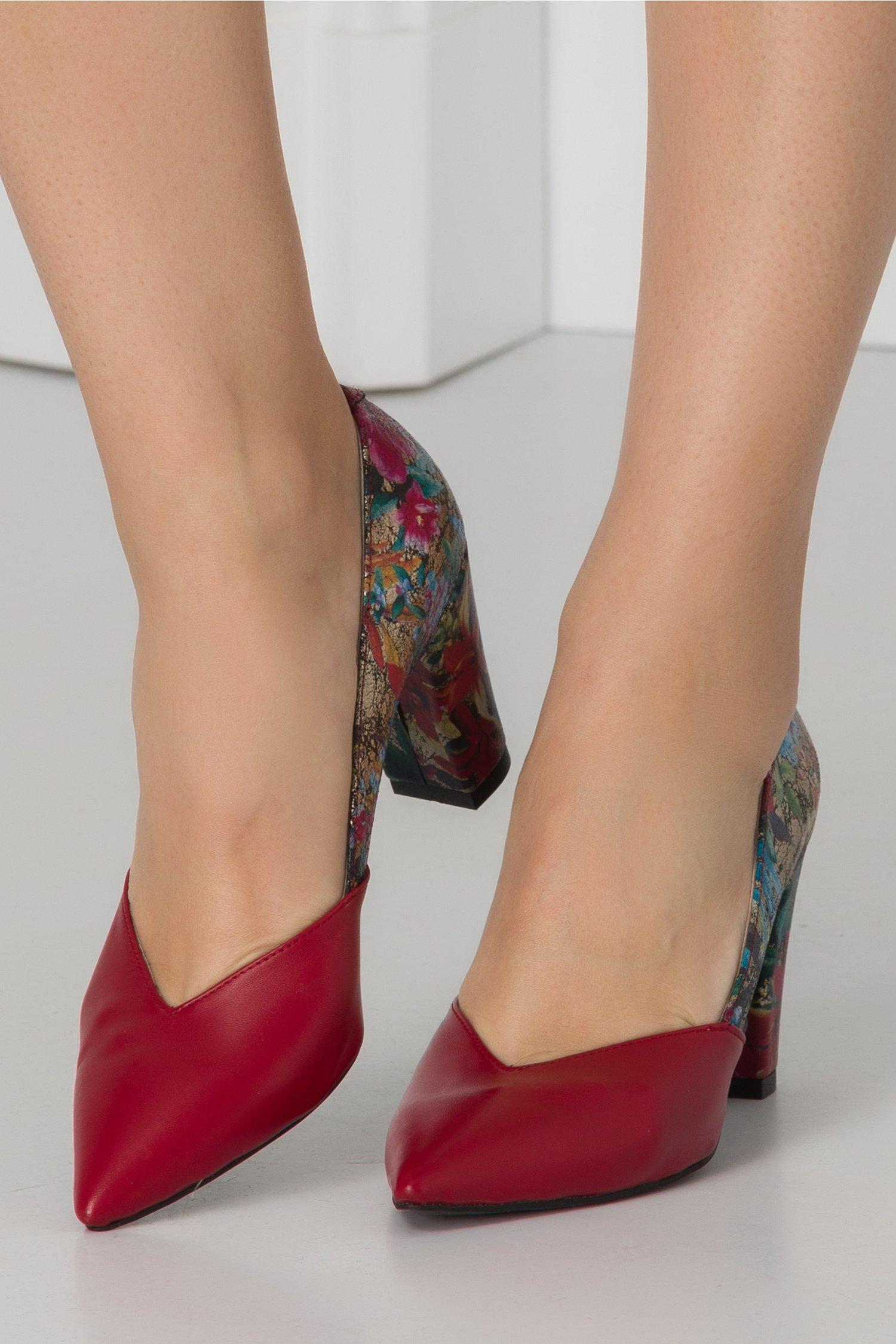 Pantofi cu imprimeuri florale decupati in v si varf rosu
