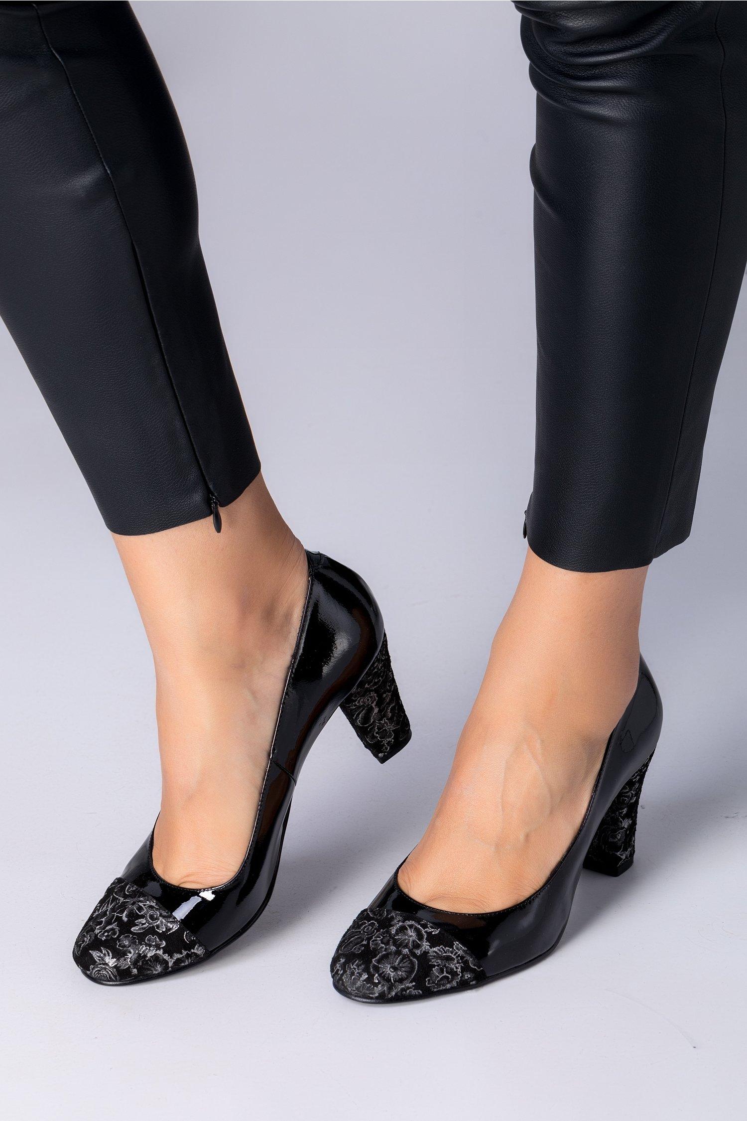 Pantofi dama lacuiti cu design floral argintiu