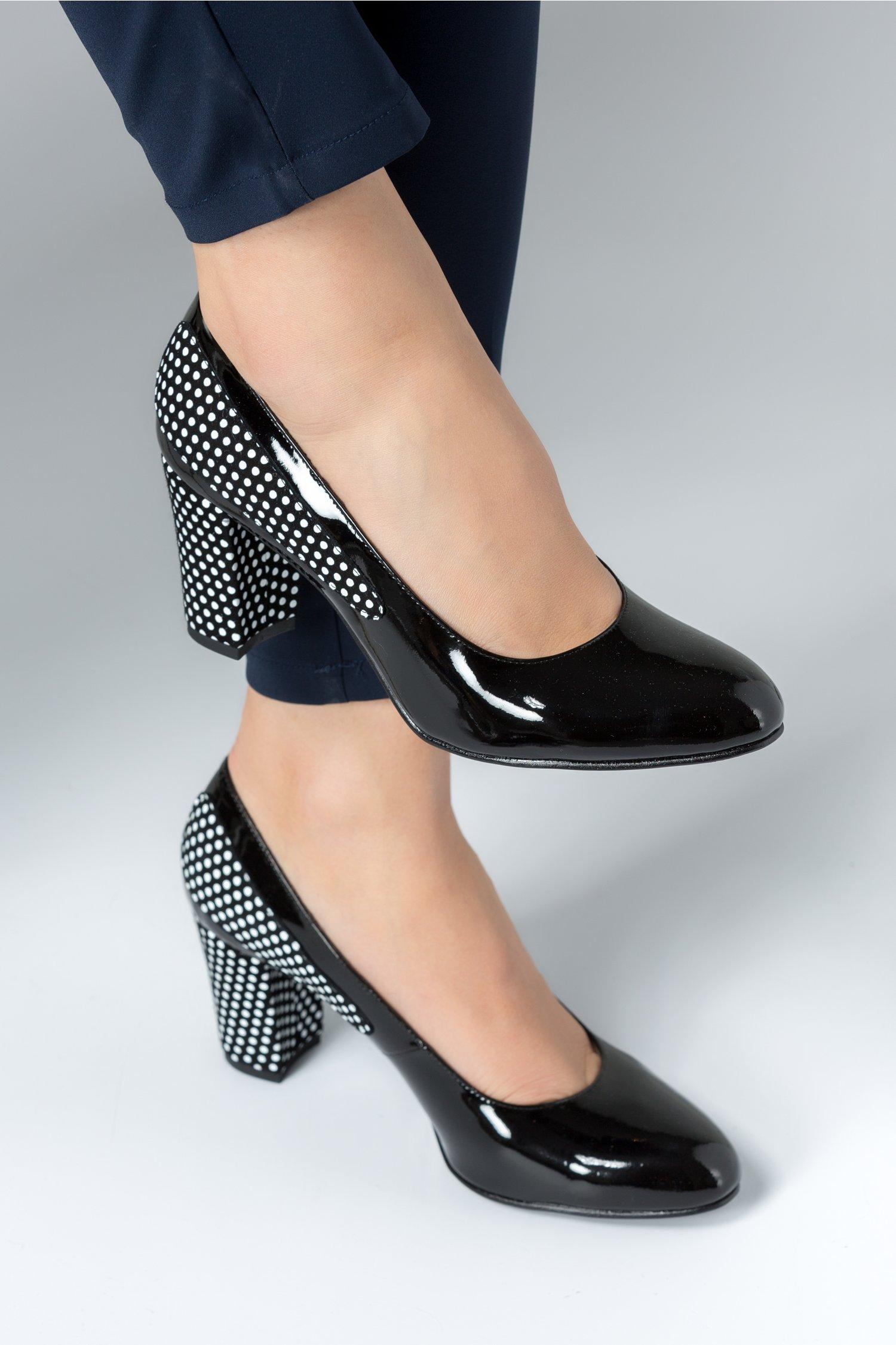 Pantofi dama negri cu buline albe si toc mediu