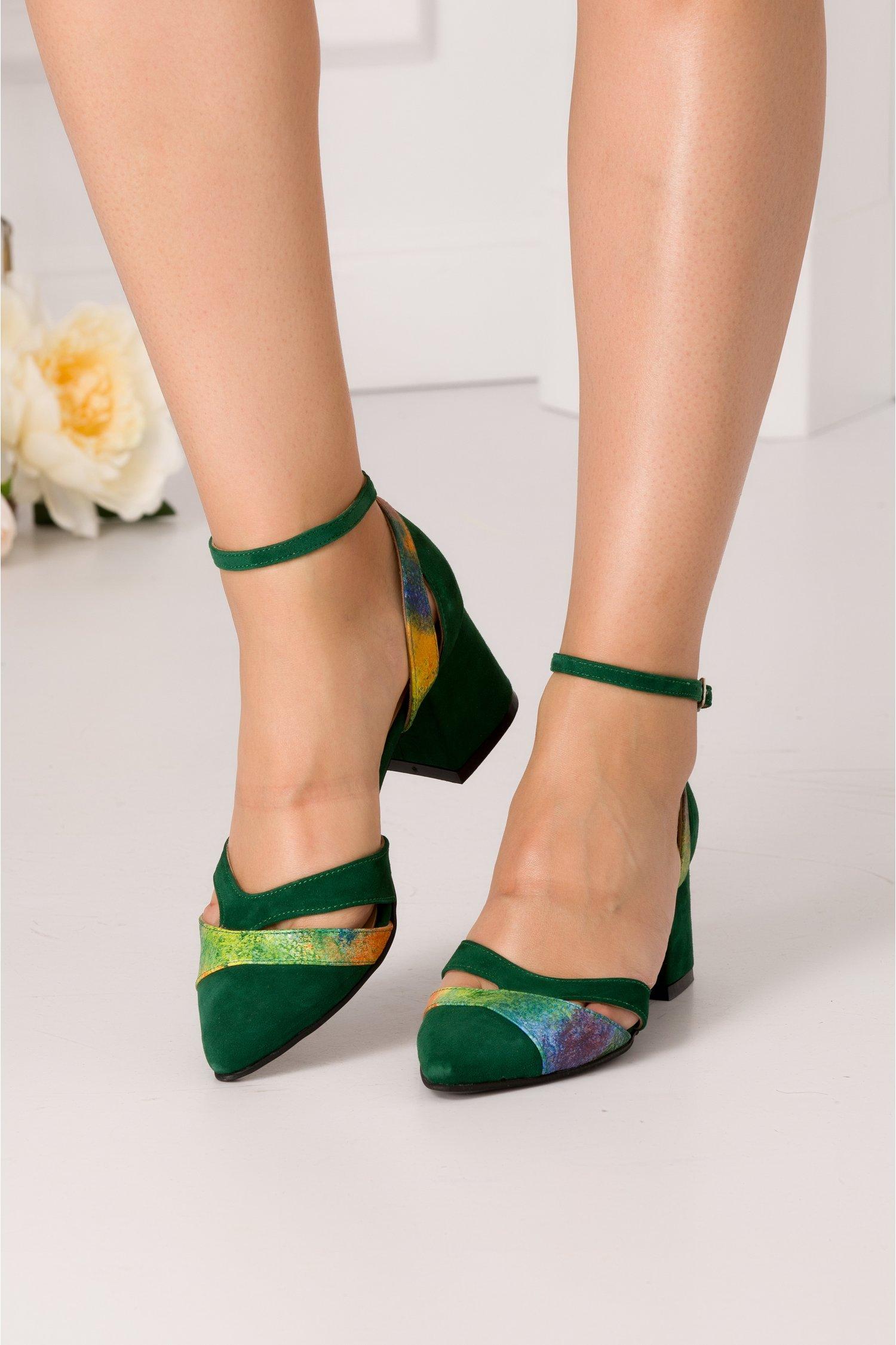 Pantofi decupati din piele intoarsa verde cu imprimeu multicolor