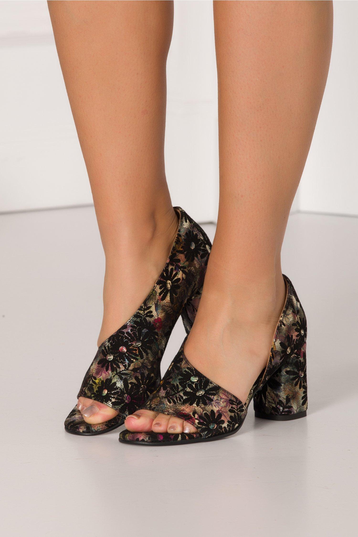 Pantofi decupati eleganti cu imprimeu floral