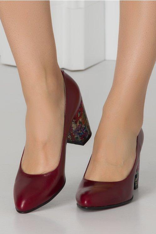 Pantofi Delia bordo cu imprimeu floral si insertii aurii pe toc
