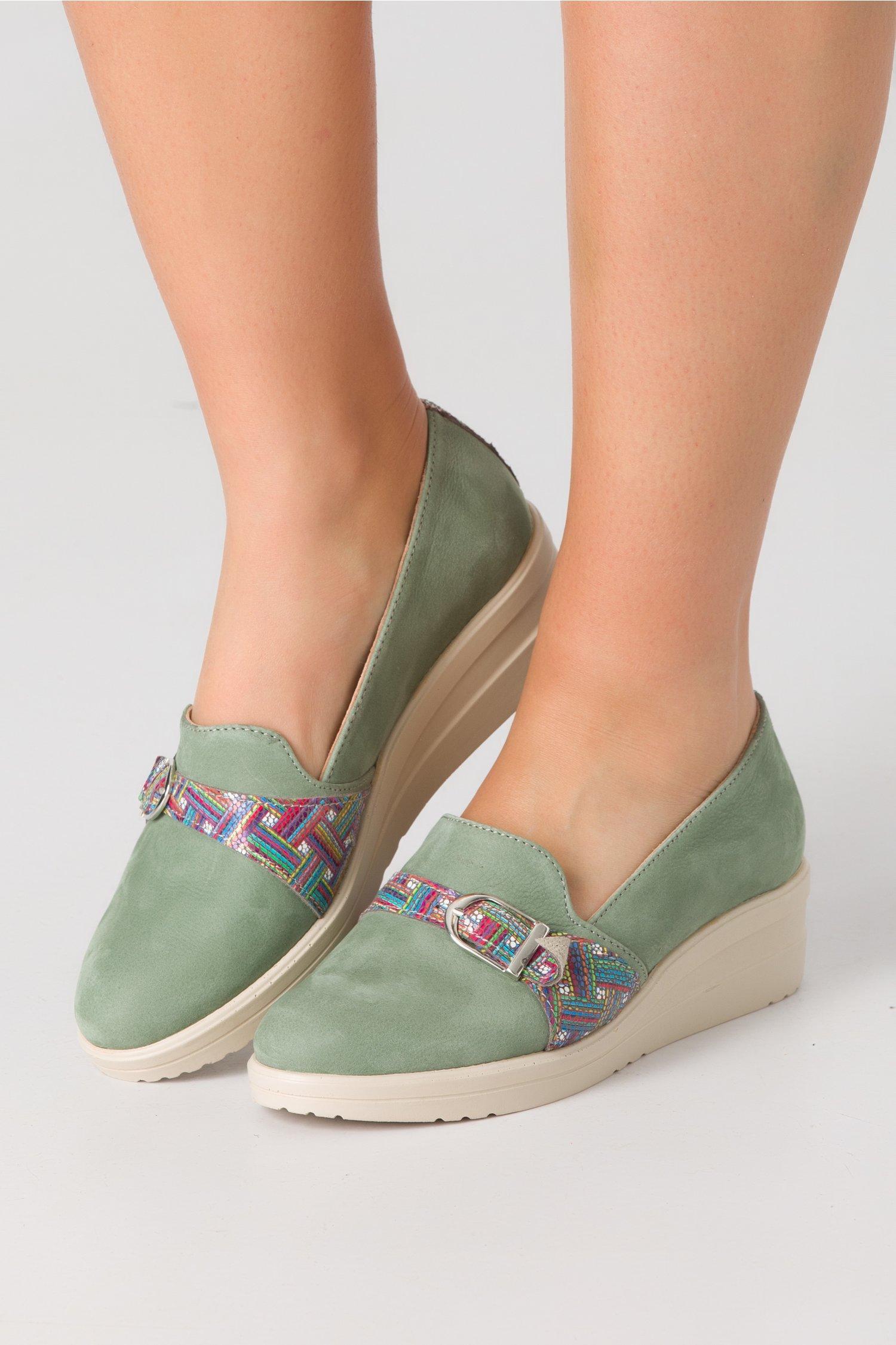 Pantofi Emma kaki cu detaliu metalic si imprimeu in partea din fata
