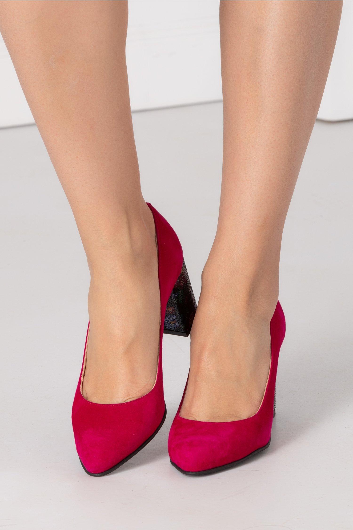 Pantofi fucsia cu insertii florale pe toc
