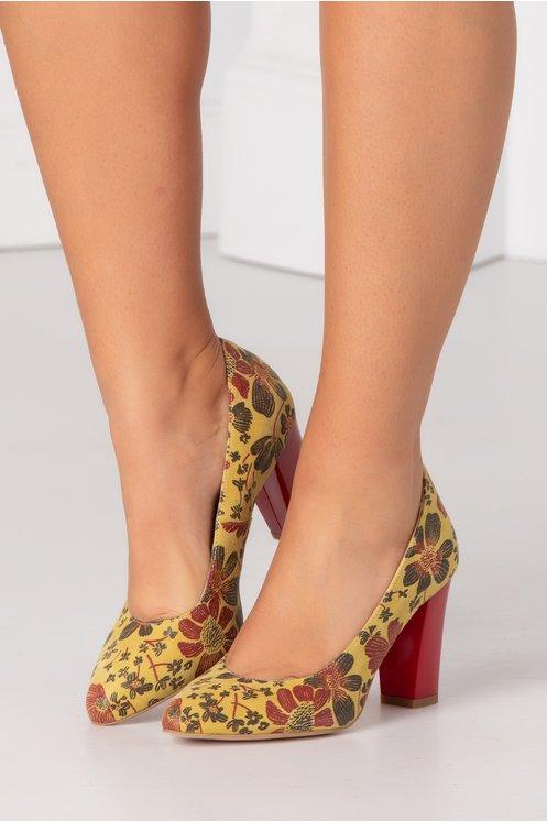 Pantofi galbeni cu imprimeuri florale si toc rosu