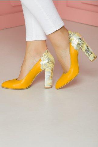 Pantofi galbeni cu insertie imprimata la spate