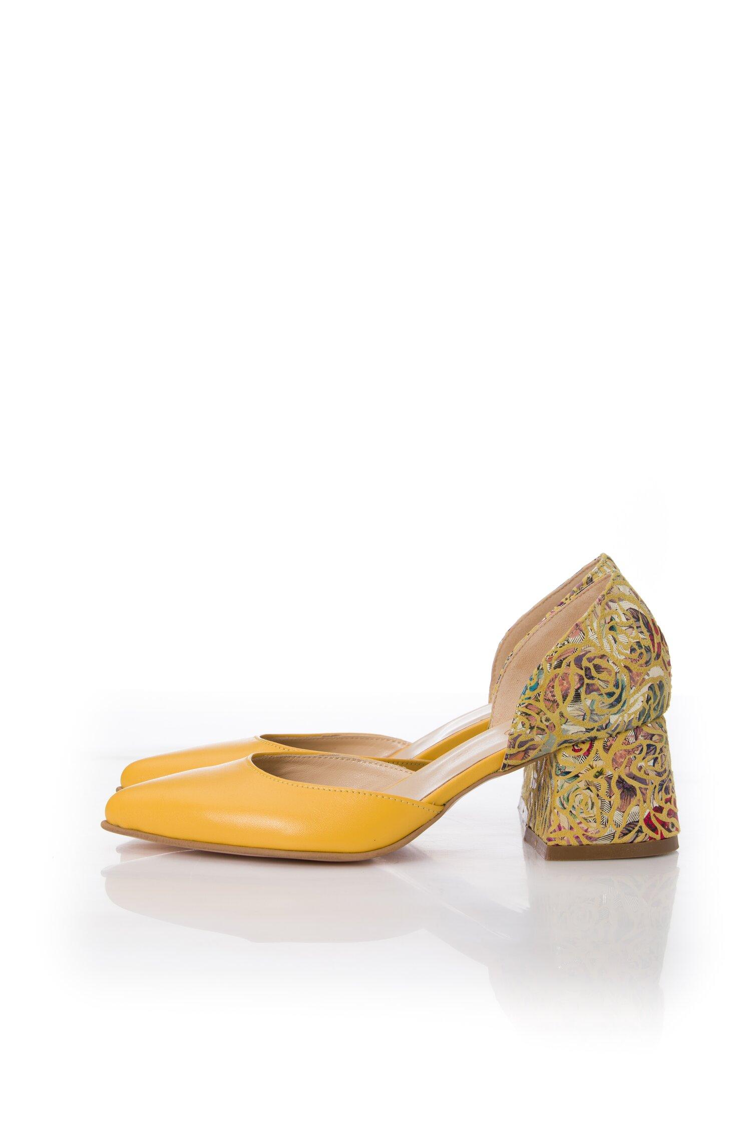 Pantofi galbeni decupati cu imprimeu pe toc si calcai