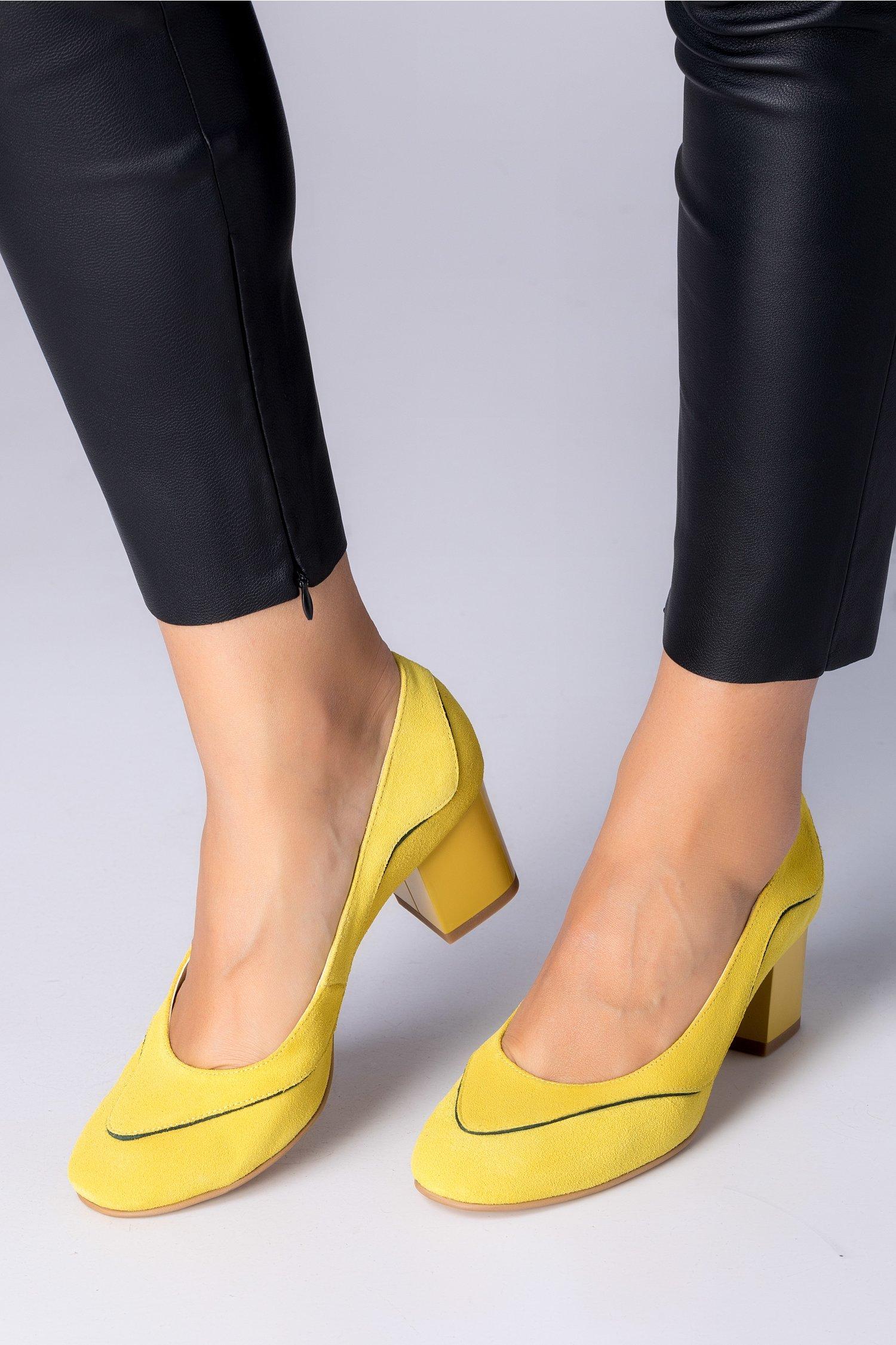 Pantofi galbeni din piele intoarsa cu detalii negre